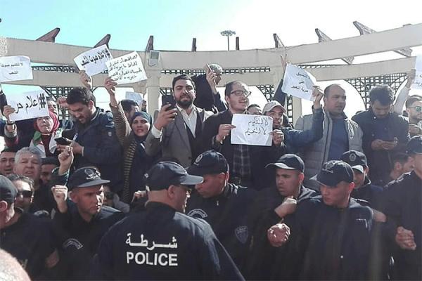 """صحافة الجزائر تنتفض.. """"أطلقوا أيديكم عنّا""""!"""