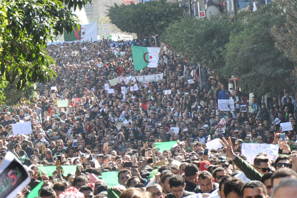 "تمسّكوا بـ ""السلمية"".. الجزائريون يحفظون الدرس!"