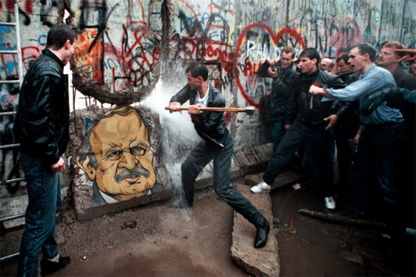 """انهيار """"الصّنم"""" الجزائري.. وسقوط جدار برلين.. ما الفرق؟!"""