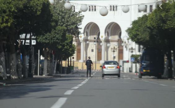 جزائريون تعليقا على السماح بعودة نشاطات: قرار انتحاري!