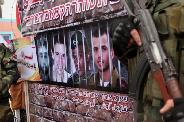 """تسجيل لأسير إسرائيلي لدى """"القسام"""" يربك الاحتلال"""