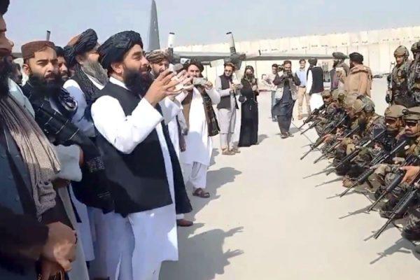 """طالبان تحتفل بـ""""استقلال"""" أفغانستان"""