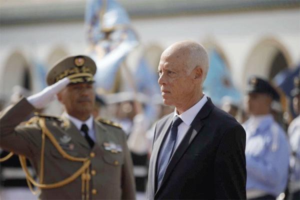إبعاد الجيش عن السياسة مطلب شعبي في تونس