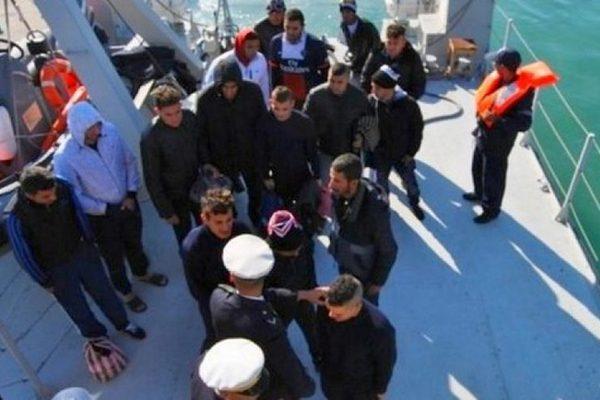 """""""حرّاقة"""" يحرقون قاربهم ويهددون بالانتحار والجيش يتدخّل"""