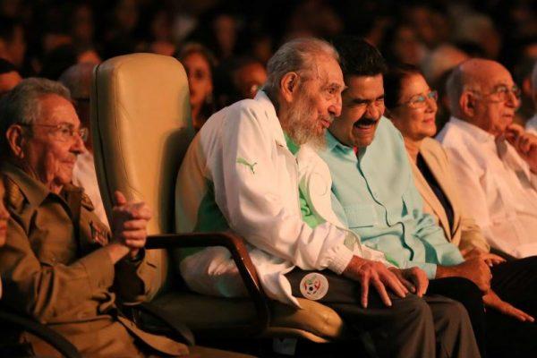 كاسترو بلباس المنتخب الجزائري في عيد ميلاده التسعين